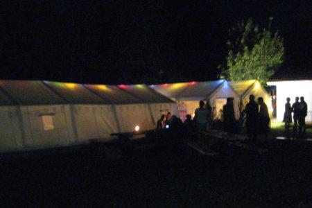 Auch nach Mitternacht standen trotz der Kälte noch viele vor den Zelten und genossen den Abend