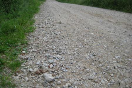 Moorweg mit spitzen Bauschredder-Steinen