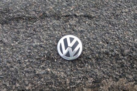 Eines von zwei entdeckten VW-Emblemen